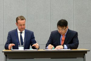 Mssrs Suh Seung-oh and Chris Rostron sign WLI Asia MoU