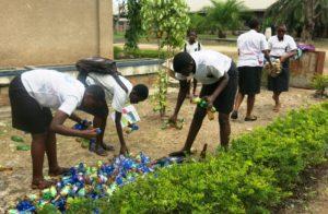 Lieu : Lycée du lac Tanganyika Les bouteilles en plastiques rassemblées par le club environnement du lycée du lac Tanganyika pour rendre sain la cours et pour 0 plastique. Date : 08/5/2017