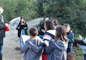 Children around a guide with a parabolic microphone
